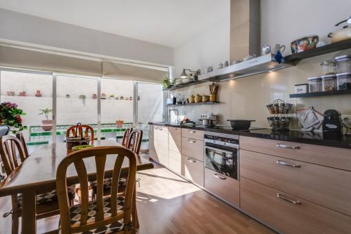 Helle Küche, die voll ausgestattet ist