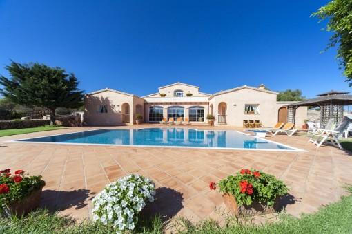 Moderne wunderschöne Finca mit 10.000 qm Grundstück, Pool und Vermietungslizenz in San Luis