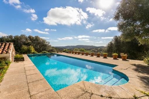 Pool mit Blick auf die Landschaft