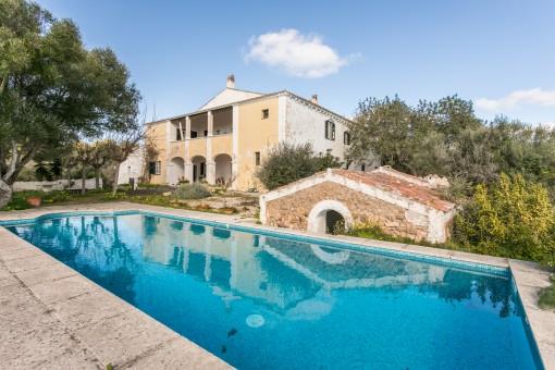 Herrenhaus aus dem Jahr 1789 mit 70 Hektar...