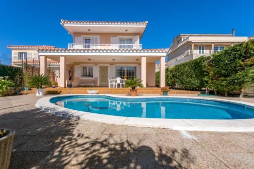 Wunderschöne Villa mit Pool und Garage in einer Wohngegend von Mahón