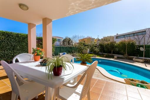 Bezaubernde Terrasse mit Poolbereich