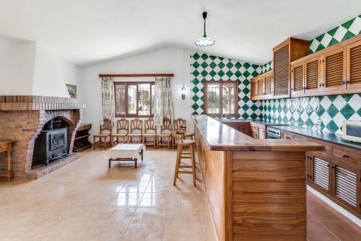 Wohnbereich und Küche mit Kamin