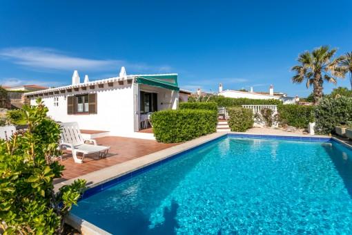 Schönes Grundstück mit 2 separaten Häusern mit Pool und herrlichem Meerblick in der eleganten Urbanisation Binidali