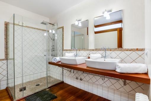 Wundervolles Badezimmer mit Dusche