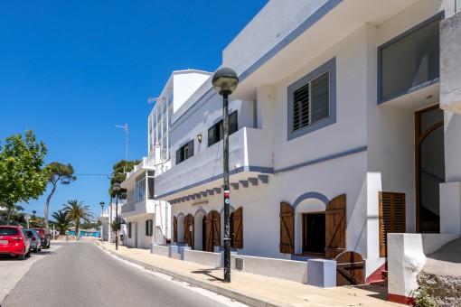 Haus mit natürlicher Höhle mit Geschäfts- oder Wohnmöglichkeit in Cala Santandria