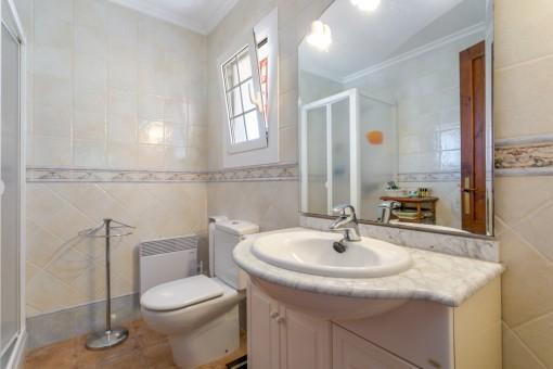 Eines von 3 Badezimmer
