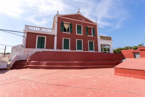 Außenansicht der großen Villa