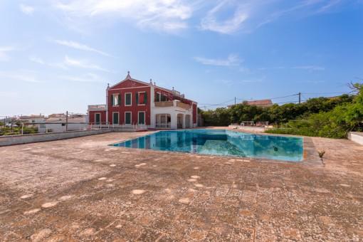 Schöne Villa von 1798 mit großem Schwimmbecken, Tennisplatz und Felsendiskothek zu Renovieren in Son Vilar