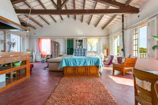 Wohnbereich mit hoher Decke