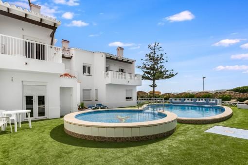 Geschlossene Wohnanlage mit 6 schönen Apartments, Pool und Meerblick in Arenal d'en Castell