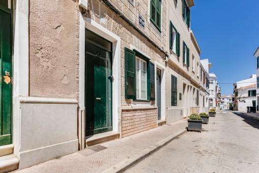 Renovierungsbedürftige Wohnung im Erdgeschoss eines typischen Herrenhauses im Zentrum der Hauptstadt Mahon