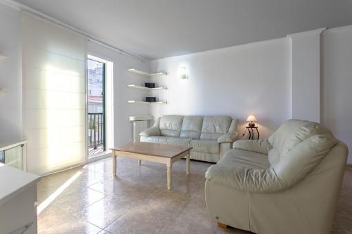 Sehr schöne Wohnung in toller Anlage mit Pool, Parkplatz und Keller nur 100 m vom Meer entfernt in Es Castell