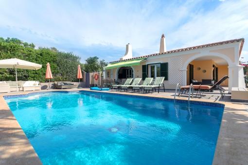 Schöne Villa mit Pool, Garten, Meerblick und Touristenlizenz in Punta Prima
