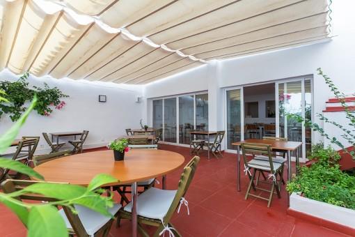 Schönes Restaurant mit Charme auf großer Terrasse ein Ferrerias