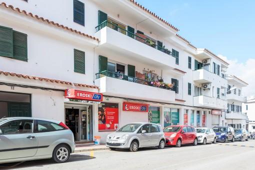 Große Geschäftsräume in Es Castell, 2 Minuten vom typischen Hafen von Calas Fonts und dem Meer entfernt