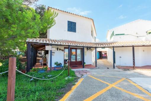 Ein Büro und 2 Wohnungen im Einkaufs- und Restaurantbereich in Addaya mit Blick zum Hafen