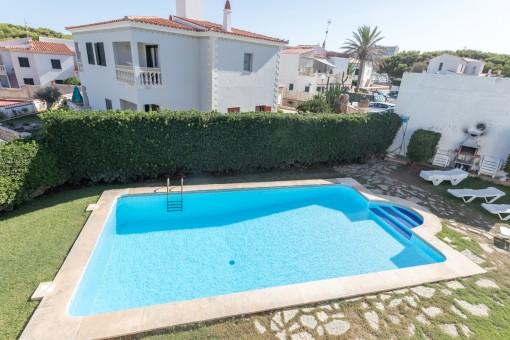 Vier tolle Wohnungen mit Garten und Pool in der Nähe vom Strand Arenal d'en Castell mit Vermietlizenz