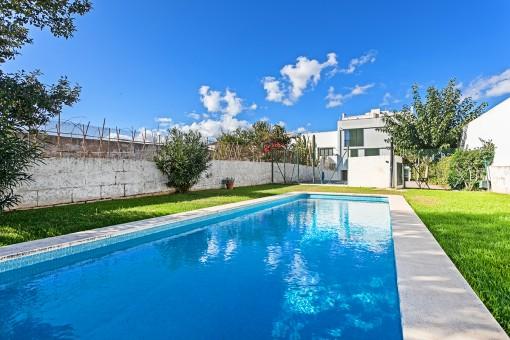 Schöne helle, moderne Maisonettewohnung im Stadtzentrum mit privatem Pool und Parkplatz in Es Mercadal