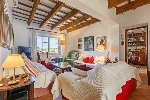 Gemütlicher Wohnbereich mit Holzdeckenbalken