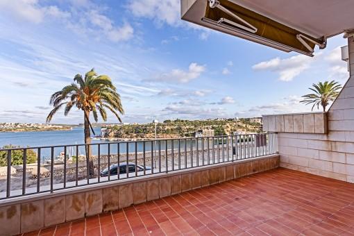 Große Wohnung zum Renovieren mit Balkon, Parkplatz und faszinierendem Blick über den Hafen von Mahón