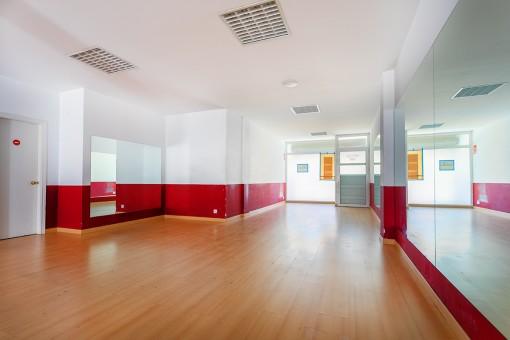 Großes Untergeschoss mit Souterrain, früheres Fitnessstudio mit 3 verschiedenen Eingängen von 2 Straßen