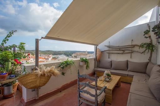 Sehr schöne Wohnung in Mahon mit einer 60 qm Terrasse und Blick über die Dächer der Stadt zum Hafen