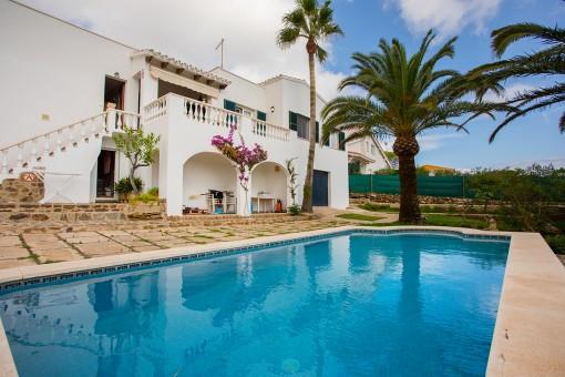 Schöne Villa mit Pool und Garten in ruhiger Lage mit Blick auf Cala Llonga und den Hafen Mahón