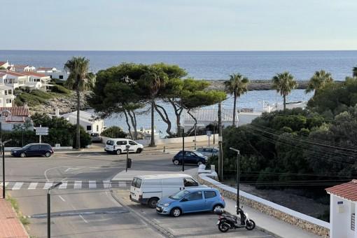 Sehr selten in Biniancolla: Hübsche Doppelhaushälfte an der Strandpromenade zum Restaurieren mit Garage, Terrasse und Meerblick